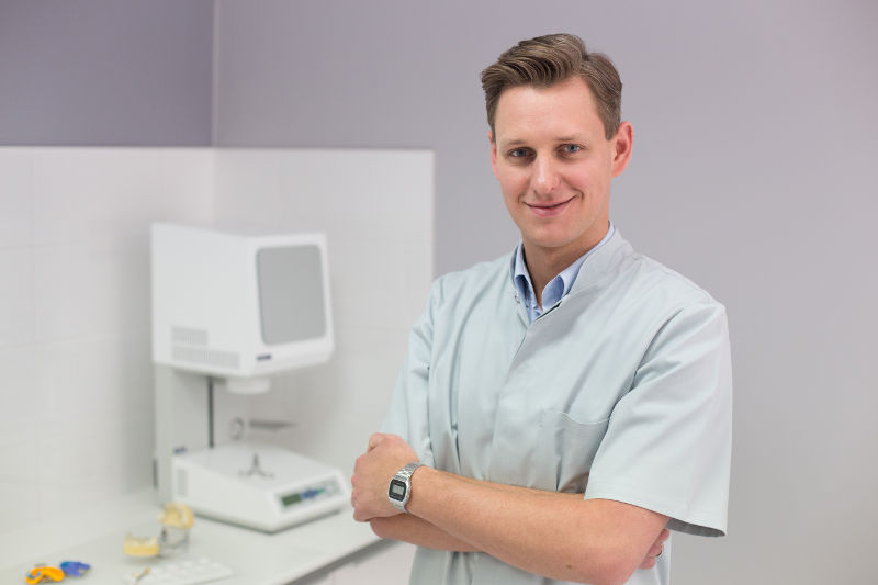 dr Jacek Budnik w gabinecie